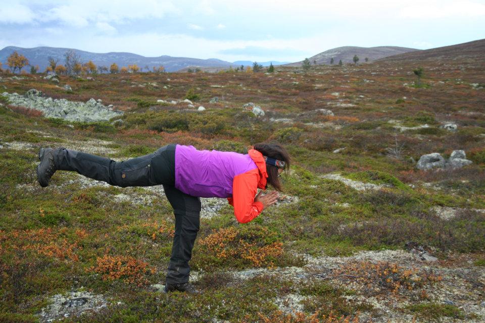 Angeliqa Mejstedt gör yoga i Grövelsjön